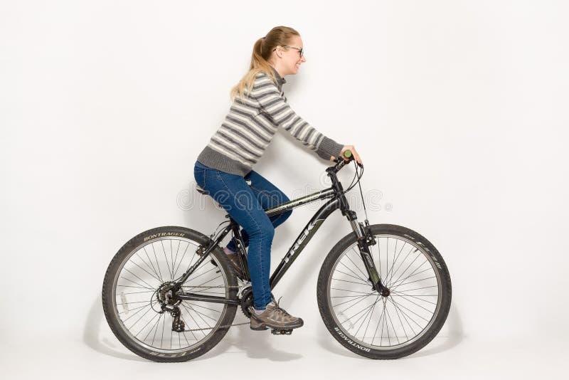 GOMEL BIAŁORUŚ, Maj, - 12, 2017: Roweru górskiego ślad na białym tle Dziewczyna jedzie obrazy stock