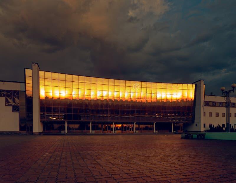 GOMEL BIA?ORU?, MAJ, - 25, 2019: Budynek Lodowy pa?ac w wczesnym poranku zdjęcie royalty free