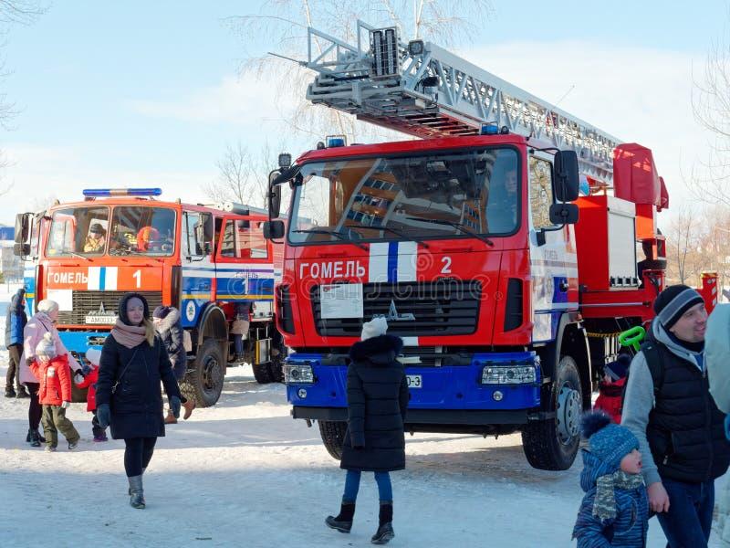 GOMEL, BIELORRÚSSIA - 20 DE JANEIRO DE 2019: Exposição do equipamento da luta contra o incêndio no inverno foto de stock royalty free