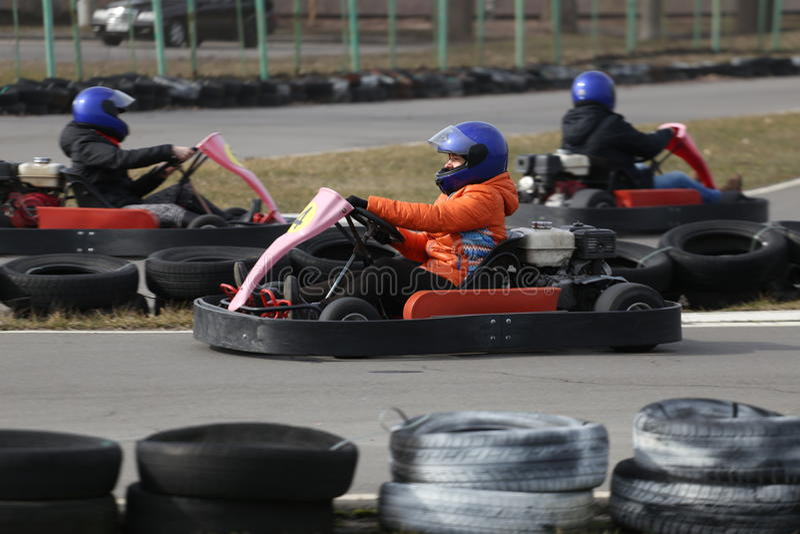 GOMEL, BIELORRÚSSIA - 8 DE MARÇO DE 2010: Competições amadoras nas raças na trilha karting recreação organizada imagem de stock royalty free