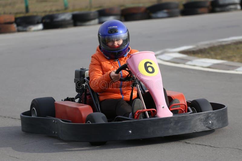 GOMEL, BIELORRÚSSIA - 8 DE MARÇO DE 2010: Competições amadoras nas raças na trilha karting recreação organizada fotografia de stock