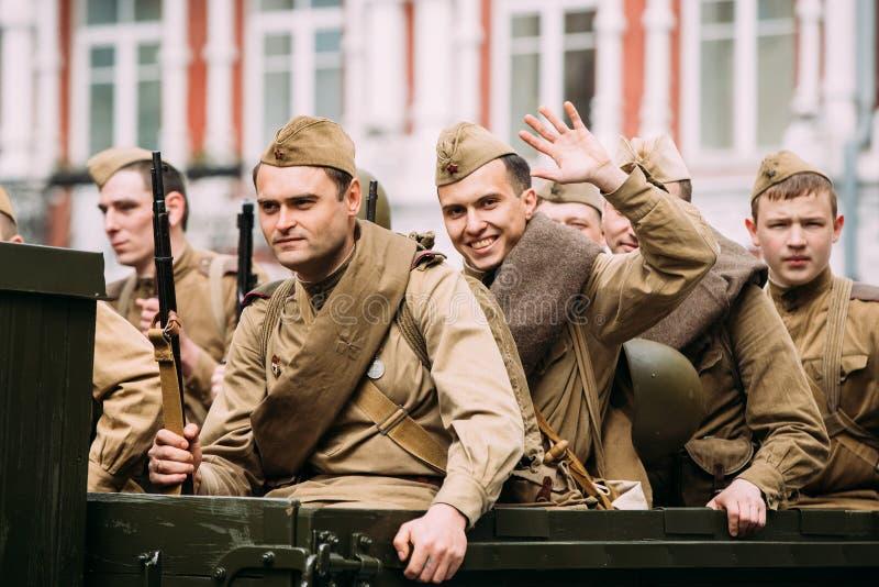 Gomel, Bielorrússia Grupo de re-enactos jovens vestidos como o Sov do russo imagem de stock royalty free