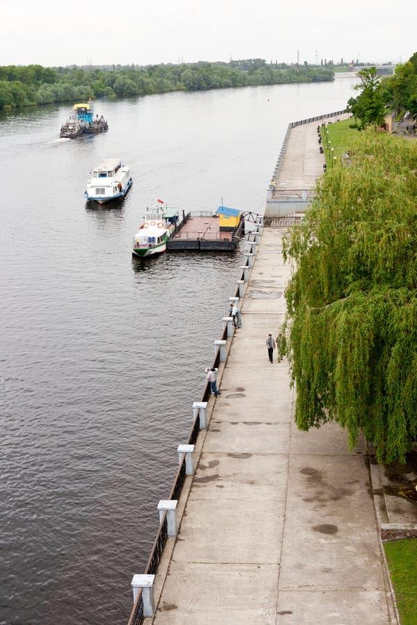 Gomel, Bielorrússia, o 18 de maio de 2010: O cais Movimento da corte do rio ao longo do rio Sozh fotografia de stock