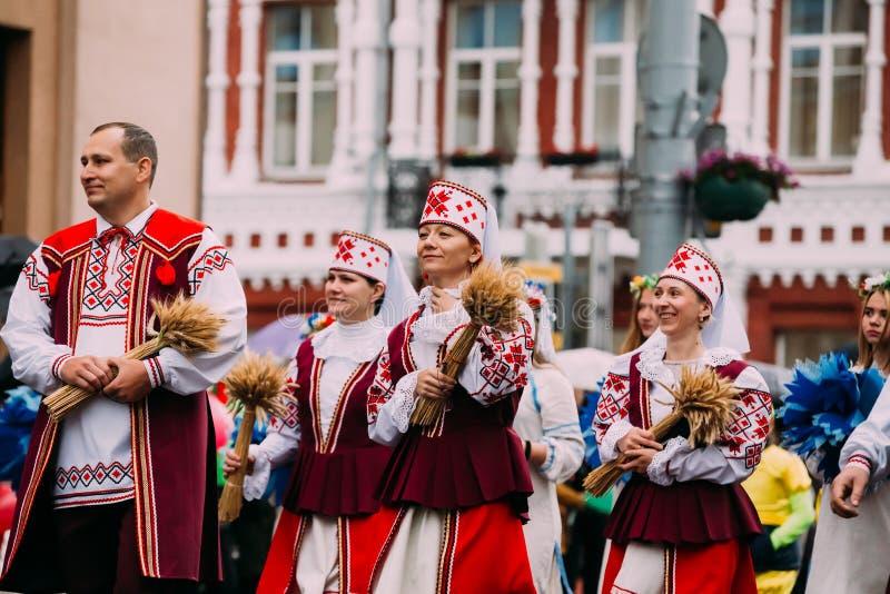 Gomel, Bielorrússia Os povos equipam e mulheres em povos bielorrussos nacionais imagens de stock