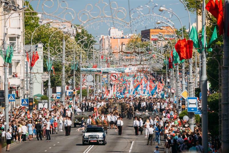 Gomel, Bielorrússia Procissão cerimonial da parada Forças armadas e Ci fotografia de stock royalty free