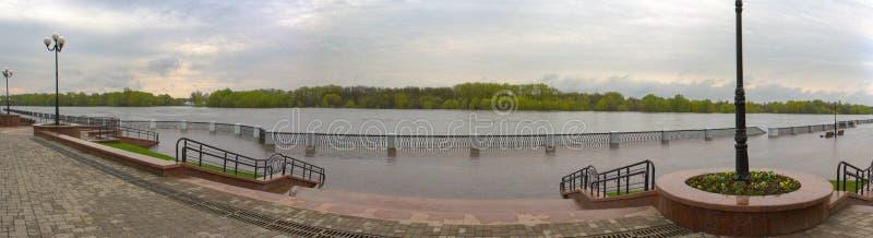 Gomel, Bielorrússia - uma inundação no rio embankment fotografia de stock