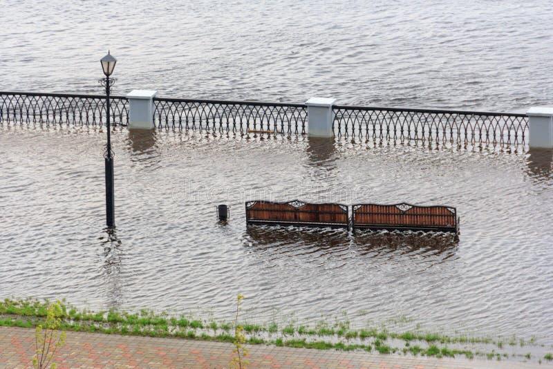 Gomel, Bielorrússia - uma inundação no rio embankment fotos de stock royalty free