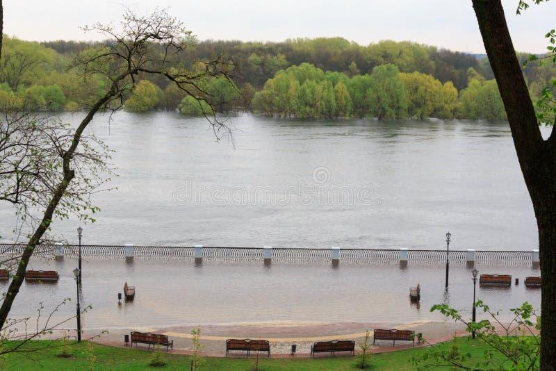 Gomel, Bielorrússia - uma inundação no rio embankment imagens de stock royalty free