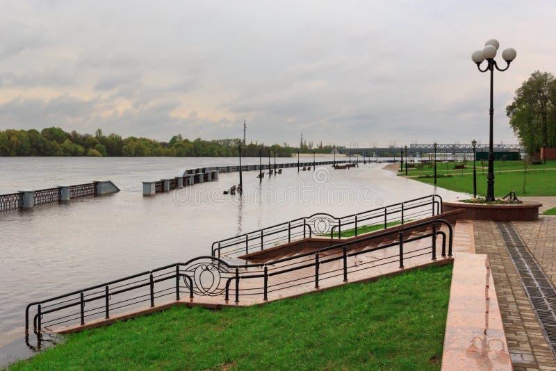 Gomel, Bielorrússia - uma inundação no rio embankment fotografia de stock royalty free