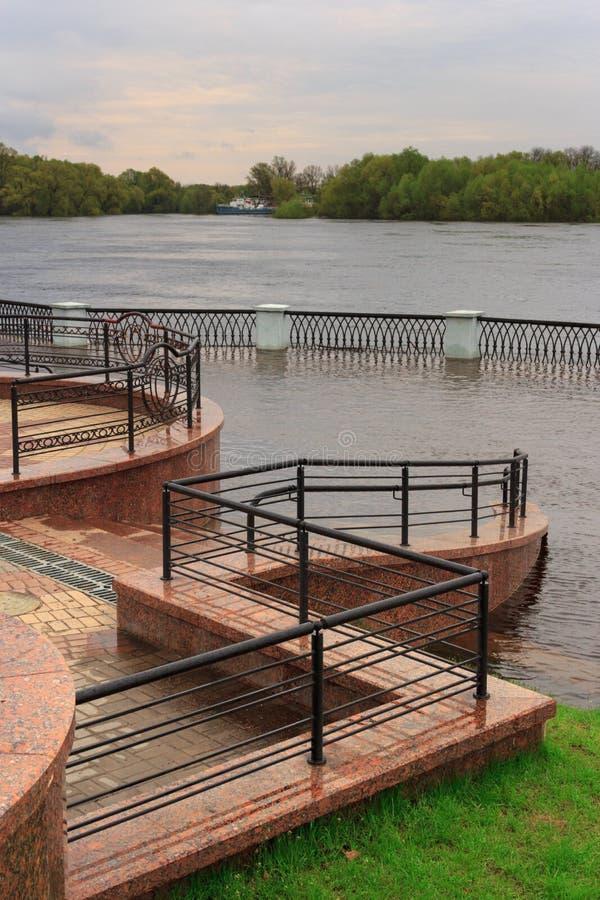 Gomel, Bielorrússia - uma inundação no rio embankment foto de stock royalty free