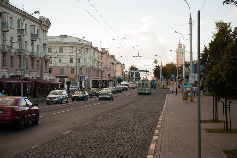 Gomel, Bielorrusia - 15 de agosto de 2016: Autobús de la ciudad que se mueve a lo largo de la calle fotografía de archivo libre de regalías