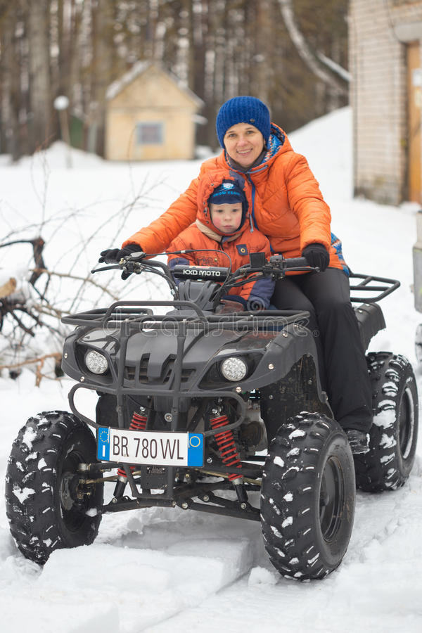 GOMEL, BIELORRUSIA - 15 DE ENERO DE 2017: Día de fiesta de la familia del invierno del país Patio biking en el invierno imagenes de archivo