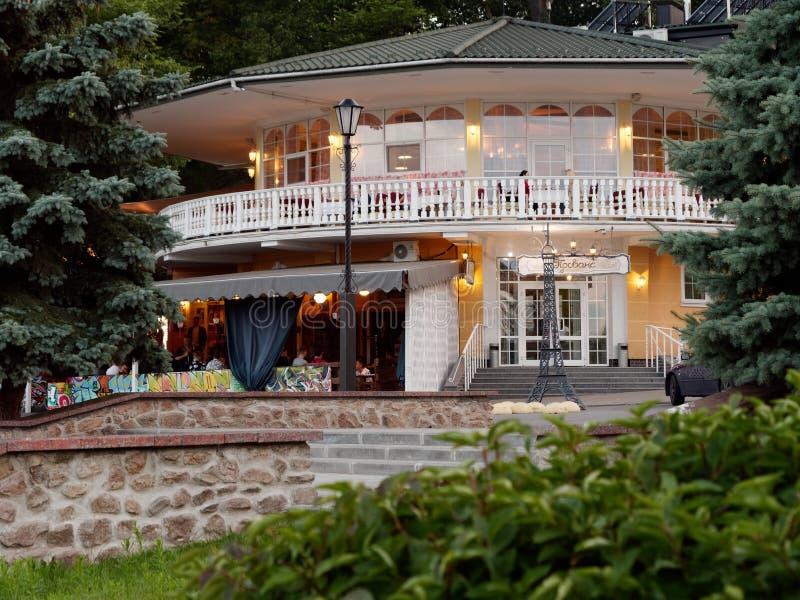 GOMEL, BIELORRUSIA - 13 de julio de 2019: Restaurante de Riviera en el terraplén por la tarde imagen de archivo libre de regalías