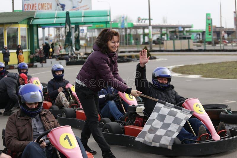 GOMEL, BIELORRUSIA - 8 DE MARZO DE 2010: Competencias aficionadas en razas en pista karting reconstrucción organizada imagen de archivo