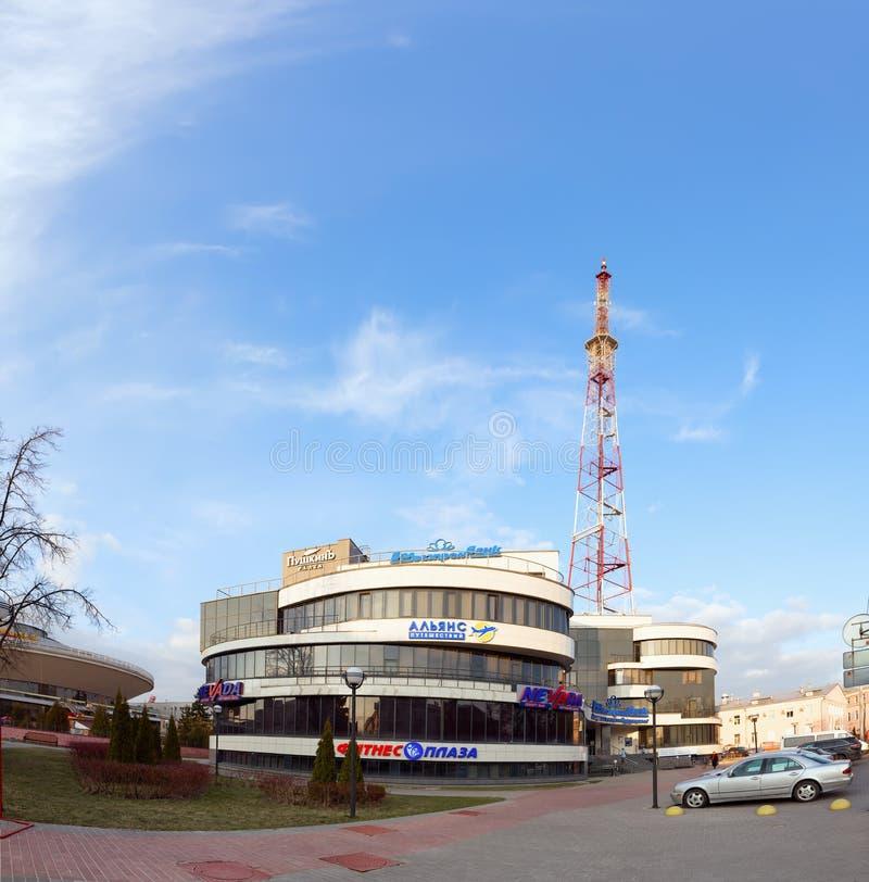 Gomel, Bielorrusia - 29 de marzo de 2016 plaza de Alexandrov del centro de negocios Torre de la televisión Sovetskaya fotografía de archivo libre de regalías
