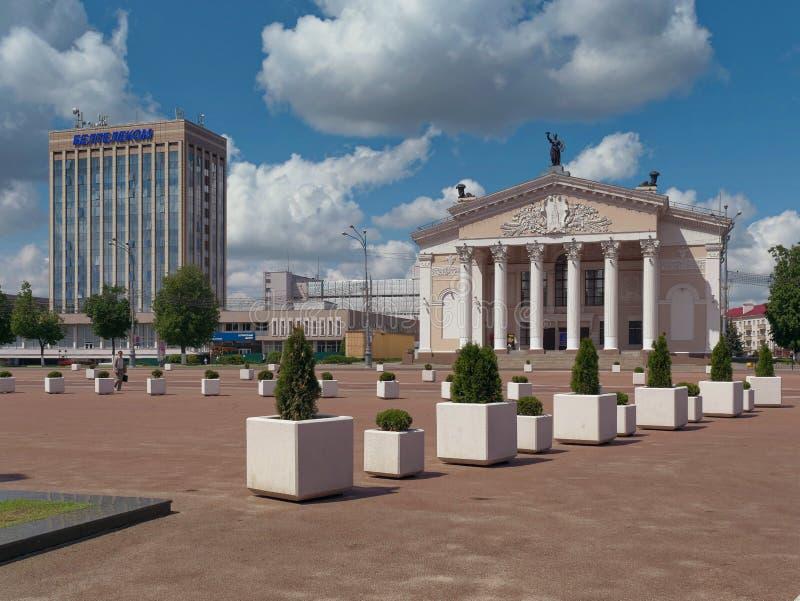 GOMEL, BIELORRUSIA - 15 DE MAYO DE 2019: Cuadrado de Lenin Teatro y la oficina de correos fotos de archivo libres de regalías