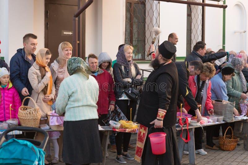 Gomel BIELORRUSIA 1 de mayo de 2016: Pascua domingo en la catedral de San Nicolás Día de fiesta religioso ortodoxo fotografía de archivo