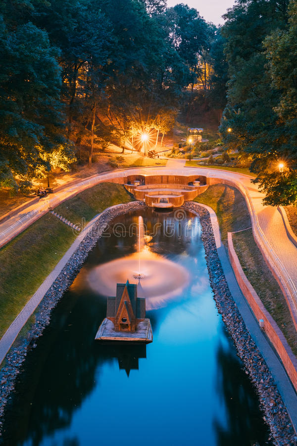Gomel Homiel, Vitryssland Den sceniska sikten av parkerar vattendragkanalen arkivfoton