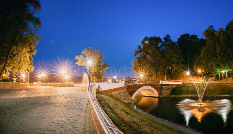 Gomel Homiel, Vitryssland Panorama av parkerar att flöda för vattendragkanal royaltyfri foto