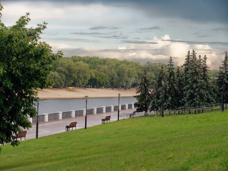 GOMEL, remblai du BELARUS de la rivière Sozh avec un arc-en-ciel images stock