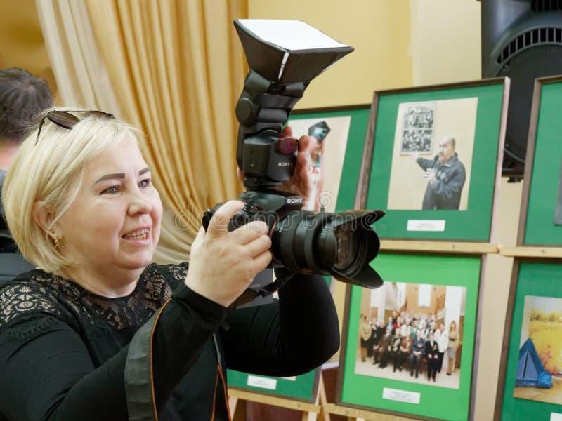 GOMEL VITRYSSLAND - April 10, 2019: 100 år av det Gomel Herzen stadsarkivet Öppning av fotoutställningen fotografering för bildbyråer