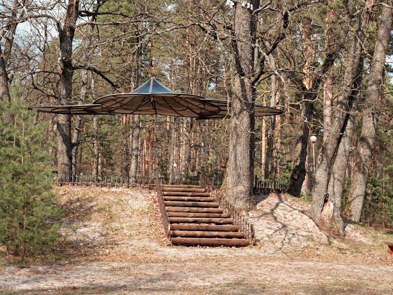 GOMEL VITRYSSLAND - APRIL 14, 2019: Rekreationmitt RANCHO härlig konstgazebo i skogen royaltyfri foto