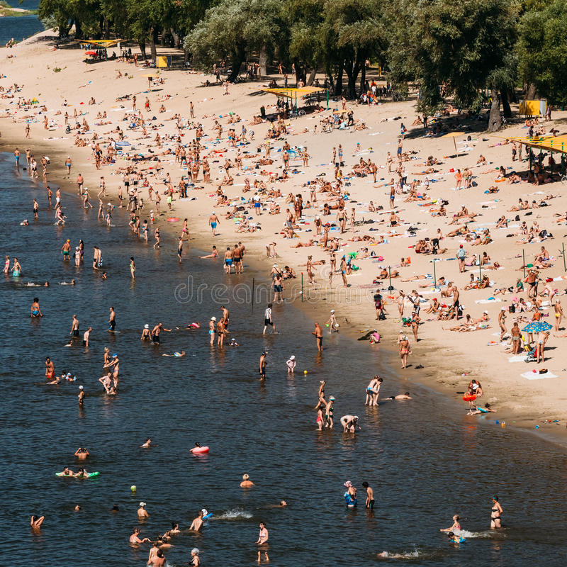 Gomel Vitryssland - Augusti 9, 2015: Okänt folk royaltyfria bilder