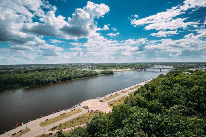 Gomel Vitryssland Bästa flyg- sikt av promenad nära den Sozh floden in arkivfoton