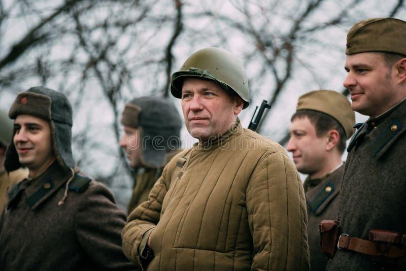 Gomel Vitryssland Beträffande-enactors klätt som ryska sovjetiska soldater för röd armé för infanteri arkivbilder