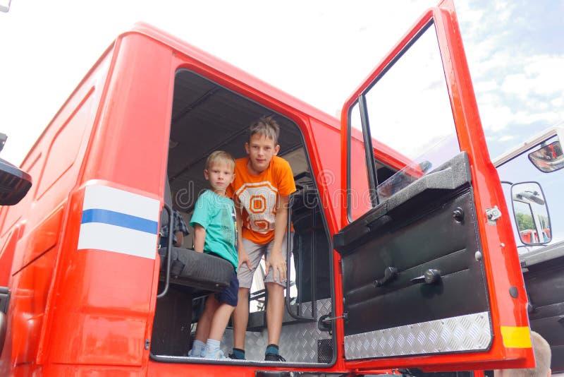 GOMEL VITRYSSLAND - Juli 25, 2018: barn lär utrustning för brandstridighet på utställningen av departementet av nöd- lägen royaltyfria bilder
