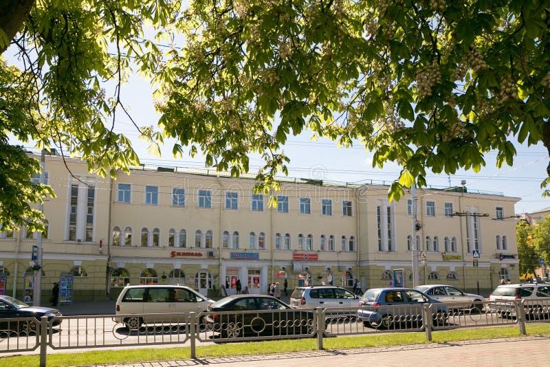 GOMEL VITRYSSLAND - Maj 14, 2017: Rörelse av folk och bilar längs den Sovetskaya gatan i staden av Gomel arkivfoto