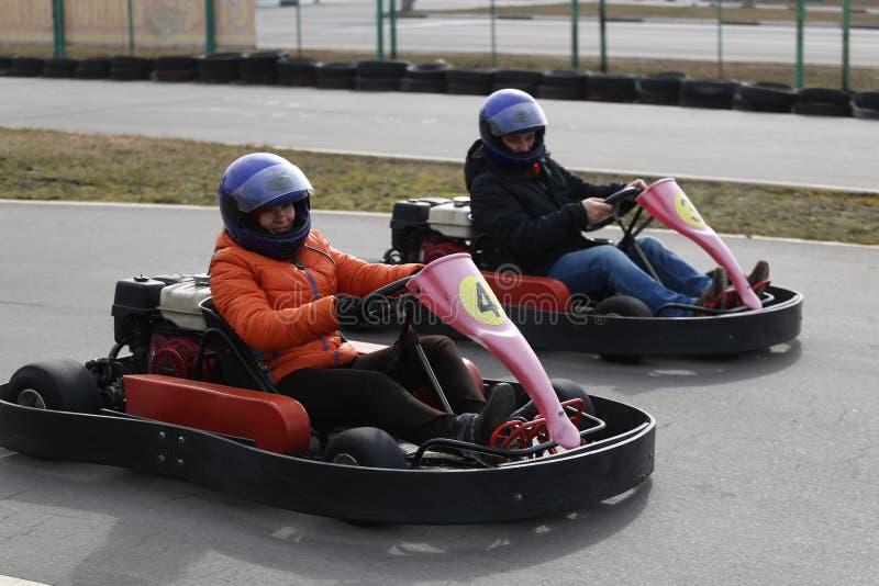 GOMEL VITRYSSLAND - MARS 8, 2010: Amatörmässiga konkurrenser i lopp på karting spår organiserad rekreation royaltyfria bilder