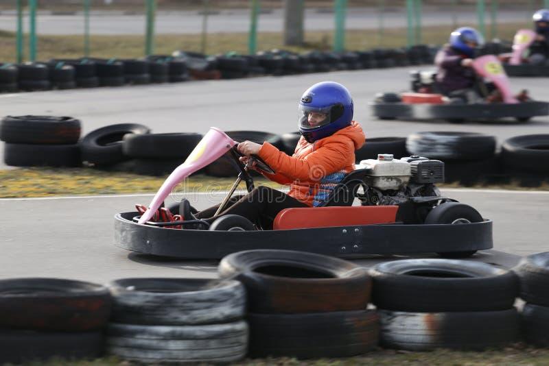 GOMEL VITRYSSLAND - MARS 8, 2010: Amatörmässiga konkurrenser i lopp på karting spår organiserad rekreation royaltyfri bild