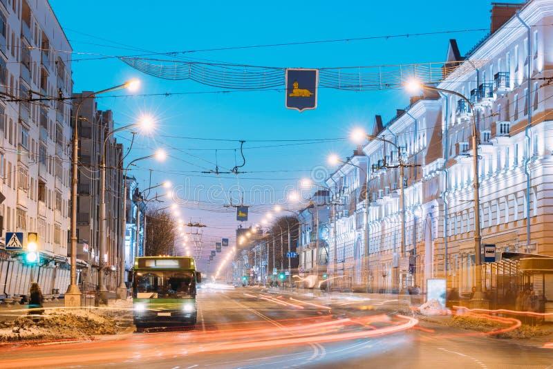Gomel Vitryssland Morgontrafik, offentlig buss på den Lenina avenygatan royaltyfri bild