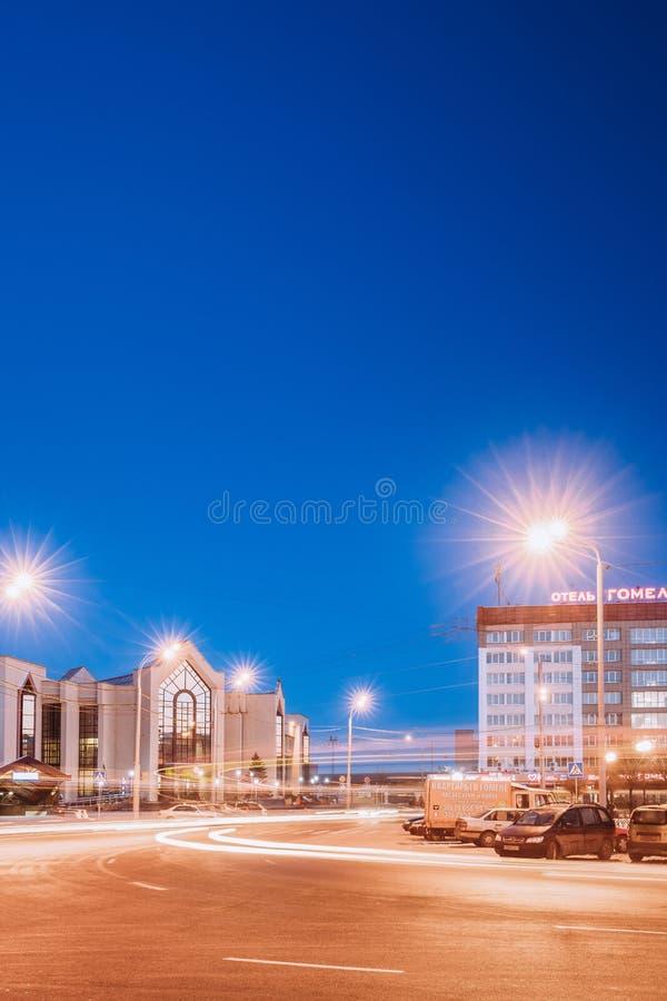 Gomel, Weißrussland Bahnhofs-Gebäude und Hotel am Morgen stockbild