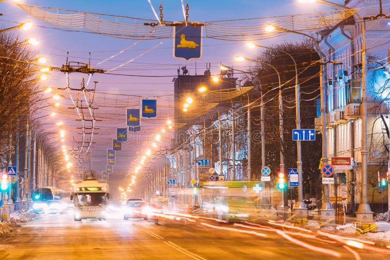 Gomel, Weißrussland Morgen-Verkehr, allgemeiner Oberleitungsbus auf Lenina-Alleen-Straße bei Sonnenaufgang lizenzfreie stockfotografie