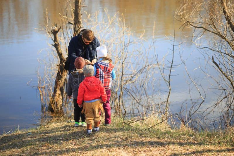 GOMEL, WEISSRUSSLAND - 9. April 2017: Die Kinder passen auf, was der Fischer fing lizenzfreie stockfotos