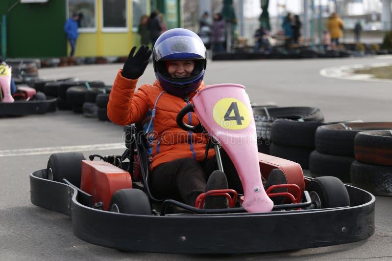 GOMEL, WEISSRUSSLAND - 8. MÄRZ 2010: Amateurwettbewerbe in den Rennen auf karting Bahn organisierte Erholung stockfotos