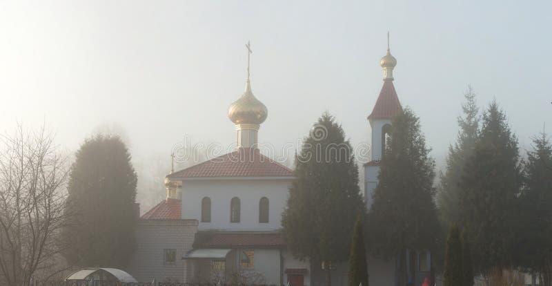 GOMEL, WEISSRUSSLAND - 8. März 2017: Kirche des heiligen großen Märtyrers George das siegreiche auf einem nebeligen Morgen stockfotografie