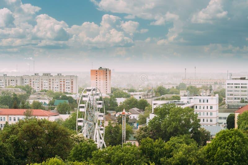 Gomel, Wit-Rusland Cityscape en Architectuur Hoogste Luchtmening van Ferris Wheel Among Green Trees-Kronen en Oude Sovjet royalty-vrije stock fotografie