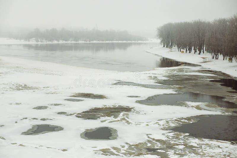 GOMEL, WIT-RUSLAND - Januari de rivier Sozh Stadsstrand in de wintertijd stock fotografie