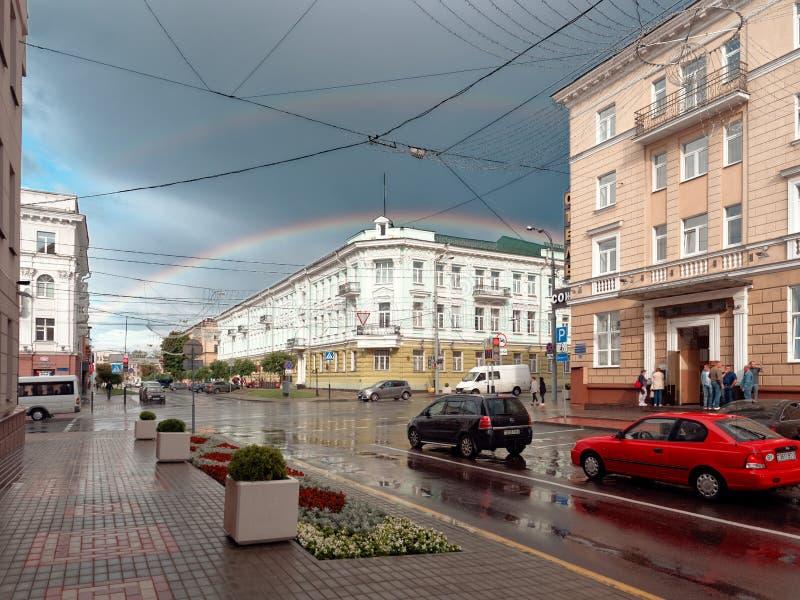 GOMEL, WIT-RUSLAND - JULI 11, 2019: een regenboog over het bankgebouw royalty-vrije stock foto