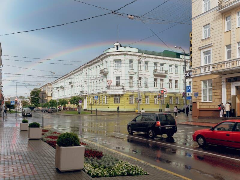 GOMEL, WIT-RUSLAND - JULI 11, 2019: een regenboog over het bankgebouw royalty-vrije stock fotografie