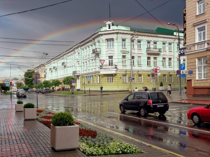 GOMEL, WIT-RUSLAND - JULI 11, 2019: een regenboog over het bankgebouw royalty-vrije stock afbeeldingen