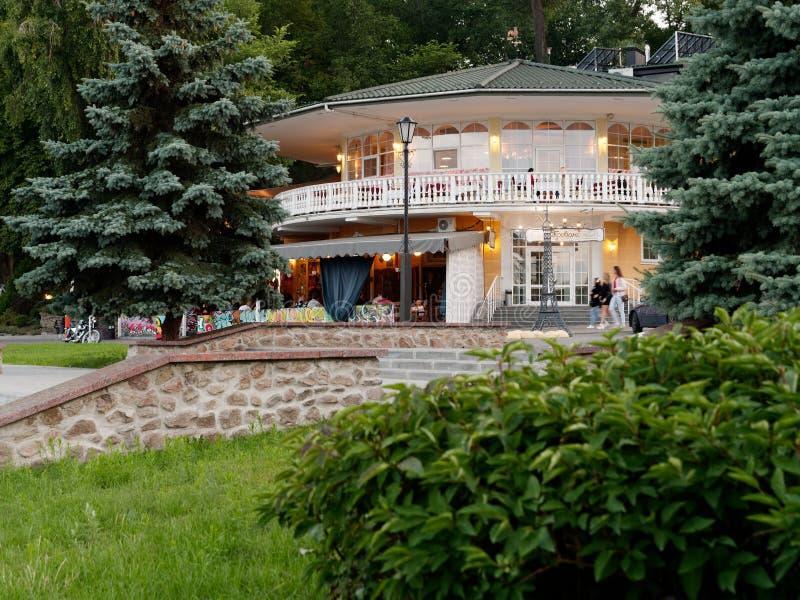 GOMEL, WIT-RUSLAND - Juli 13, 2019: Rivierarestaurant op de dijk in de avond stock fotografie