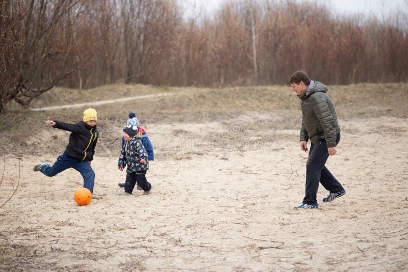 GOMEL, WIT-RUSLAND - 25 Maart 2017: Het kamperen De kinderen spelen voetbal royalty-vrije stock afbeeldingen