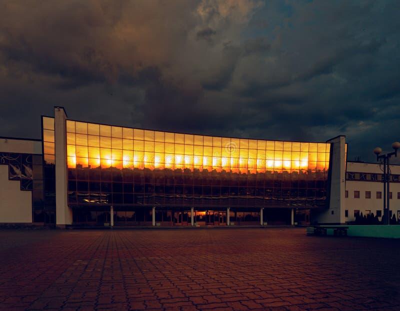GOMEL, WIT-RUSLAND - MEI 25, 2019: De bouw van het Ijspaleis in de vroege ochtend royalty-vrije stock afbeelding