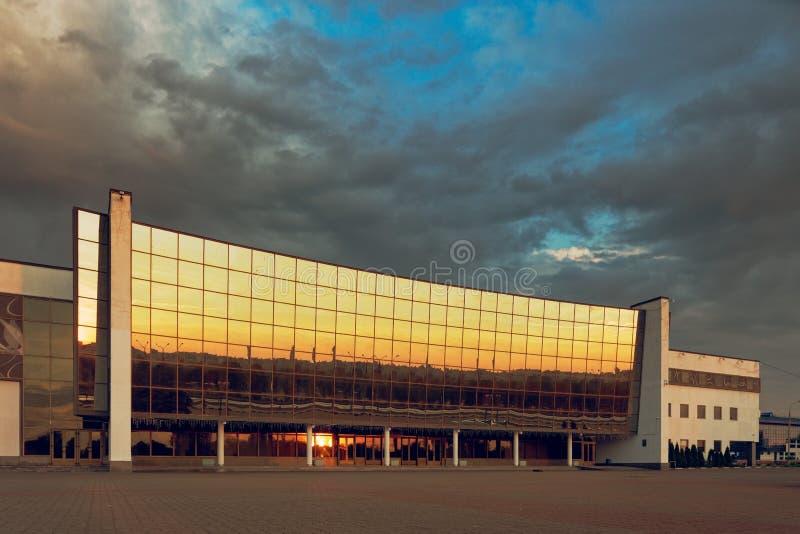 GOMEL, WIT-RUSLAND - MEI 25, 2019: De bouw van het Ijspaleis in de vroege ochtend stock foto's