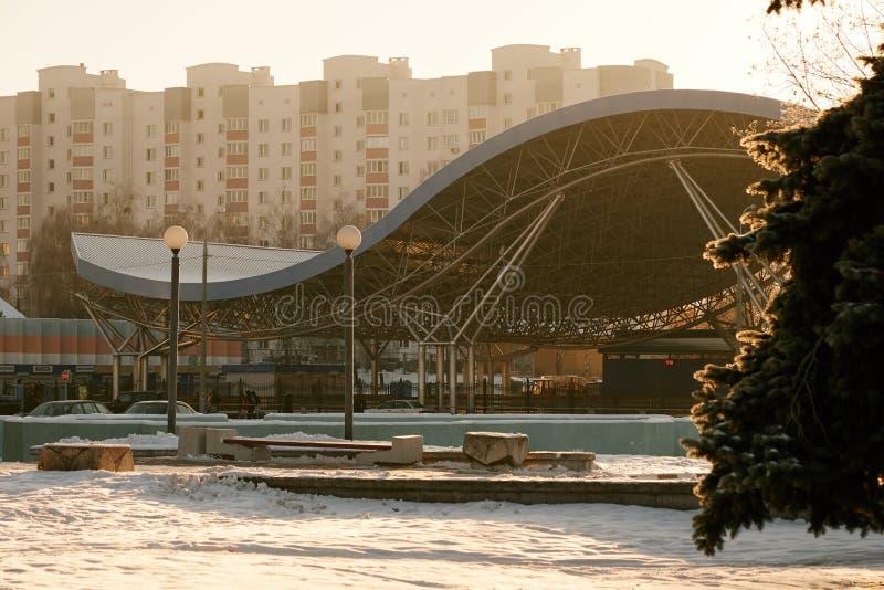 GOMEL, WIT-RUSLAND - NOVEMBER 28, 2018: Behandelde de winterpiste stock afbeelding