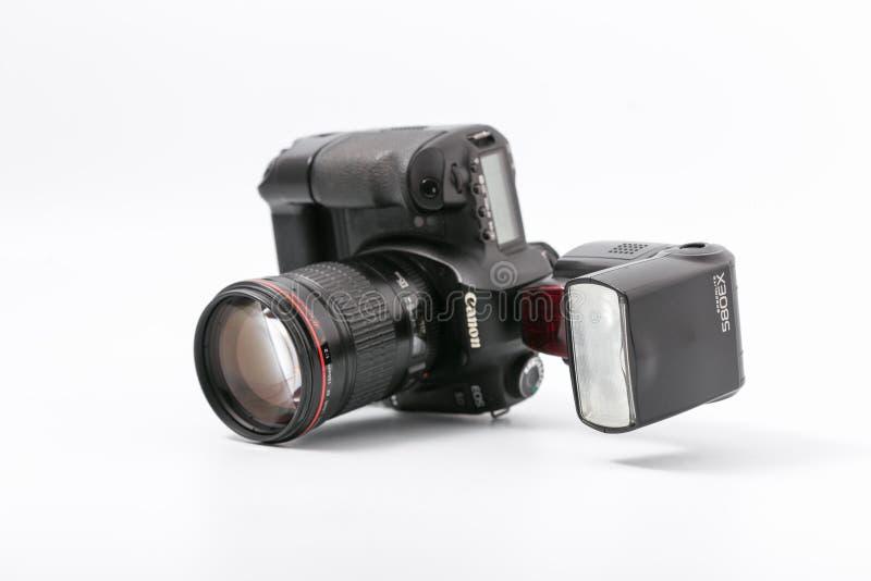 GOMEL, WIT-RUSLAND - November 9, 2017: digitaal MARK 2 van cameracanon met flits stock foto's